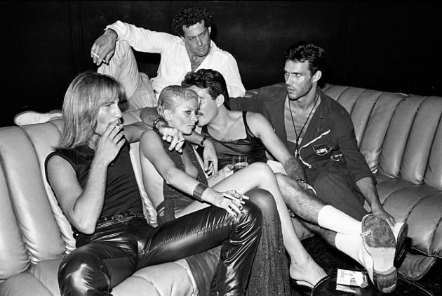 Night Fever Vitra Design Museum - Guests in conversation on a sofa, Studio 54, New York, 1979 - Photo Bill Bernstein, David Hill Gallery, London
