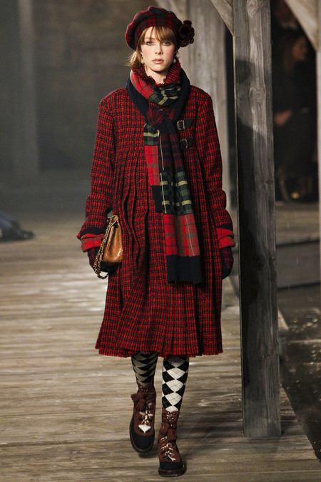 Edie-Campbell-Chanel-Métiers-dArt-Linlithgow-Palace-style