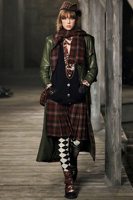 Edie-Campbell-Chanel-Métiers-dArt-Linlithgow-Palace.style